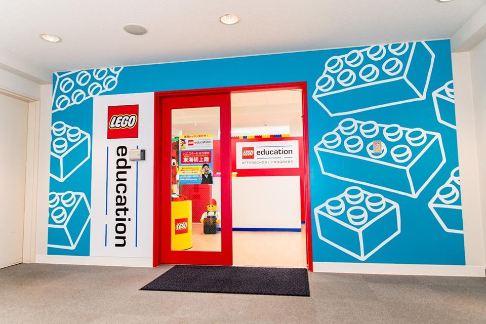 エレベーターで6階に上がっていただくと正面にレゴ®スクール名古屋栄の入り口があります。随時体験レッスン実施中。レゴの教育をぜひ体験してみてください。プログラミングのクラスもあります。