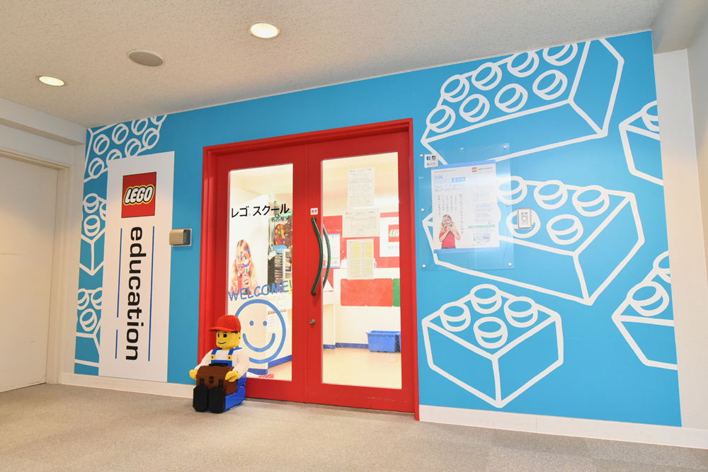 1Fにアップルストア名古屋があるビルです。エレベーターで6階に上がっていただくと正面にレゴ®スクール名古屋栄の入り口があります。随時体験レッスン実施中。レゴの教育をぜひ体験してみてください。プログラミングクラスもあります。